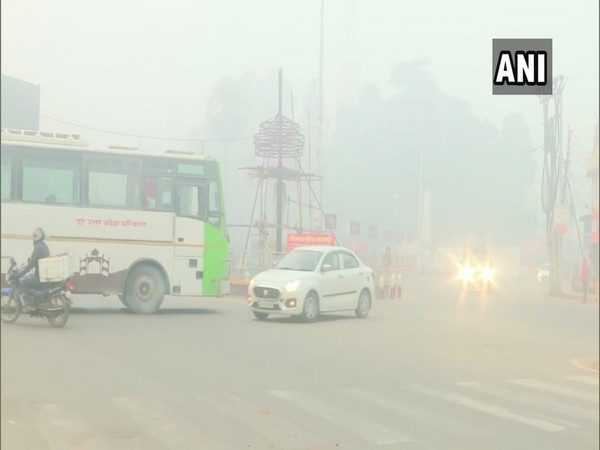 Thick blanket fog engulfs Gorakhpur (Photo/ANI)