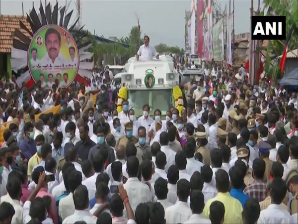 Supporters gathered around Tamil Nadu Chief Minister Edappadi K Palaniswami's convoy in Edappadi, Salem. (Photo/ANI)