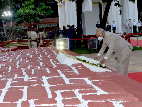 President Ram Nath Kovind paying tribute to martyrs. (Photo: @rashtrapatibhvn Twitter)