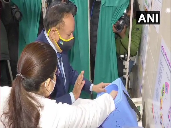 Union Health Minister Dr Harsh Vardhan arrived at GTB hospital on Saturday morning. (Photo/ANI)