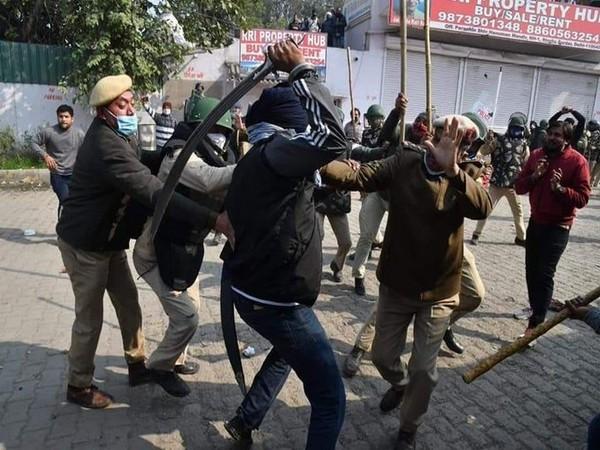 Visual of clash at Singhu border (Photo/Delhi Police)