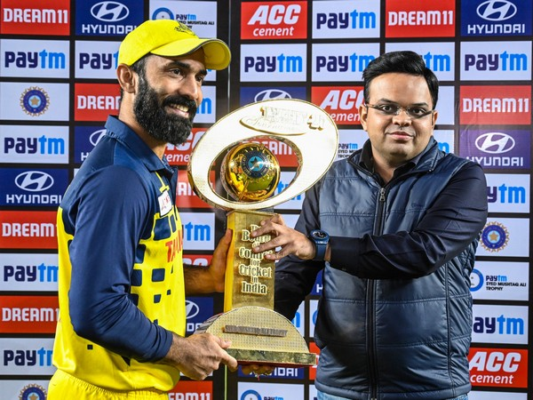 Jay Shah presents Dinesh Karthik with Syed Mushtaq Trophy (Photo/ Gujarat Cricket Association Twitter)