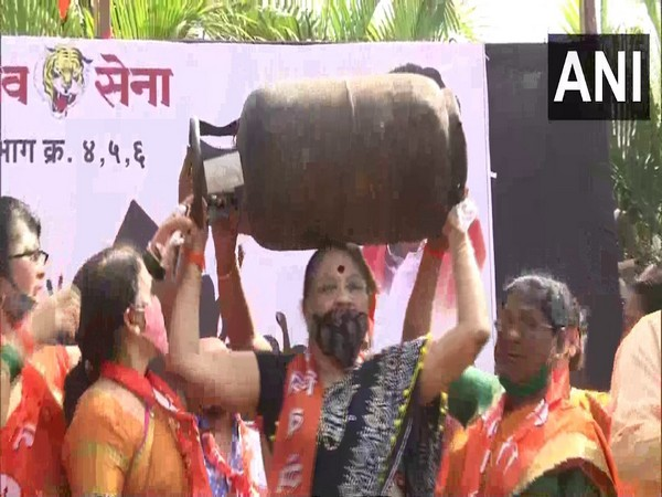 Shiv Sena protests against fuel hike by central government