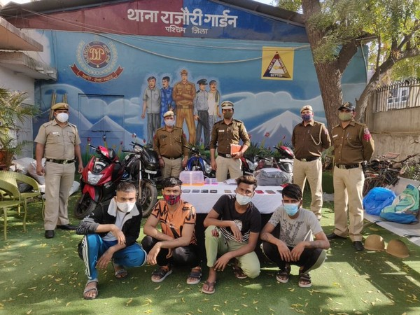 Gang of five notorious snatchers arrested from Rajouri Garden. (Pic Credit: DCP West Delhi Twitter)