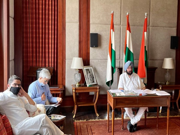 Punjab Chief Minister Captain Amarinder Singh (right) (Photo/Twitter)