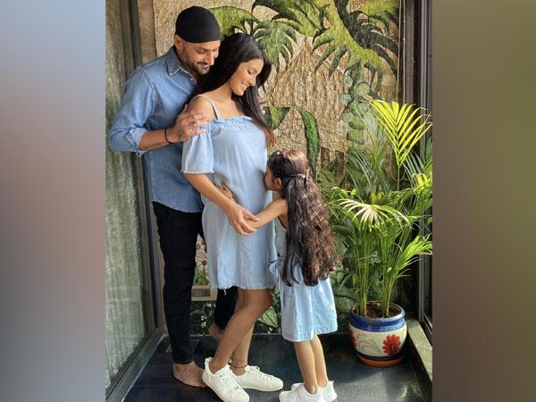 Harbhajan Singh, Geeta Basra and their daughter (Photo: Twitter/Geeta Basra)