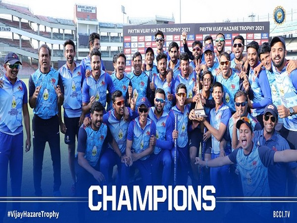 Mumbai with the Vijay Hazare Trophy (Image: BCCI)