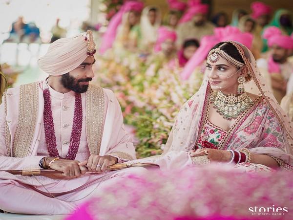 Bumrah with his wife Sanjana (Photo/ Jasprit Bumrah Twitter)