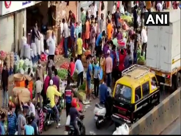 Huge crowd seen at Dadar vegetable market (Photo/ANI)