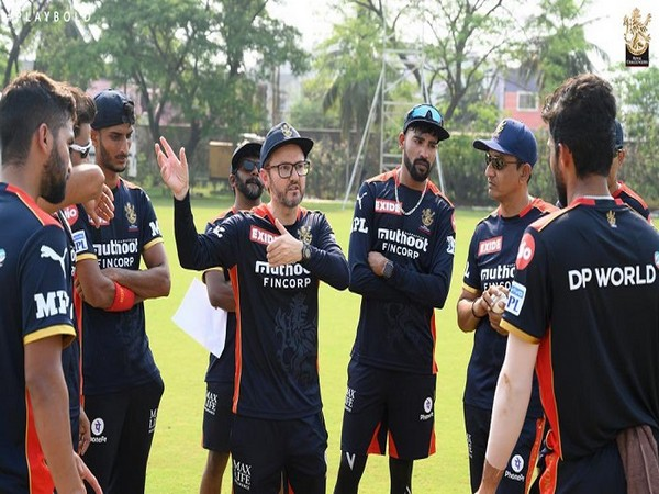 RCB's Director of Cricket Mike Hesson with players (Image: RCB)