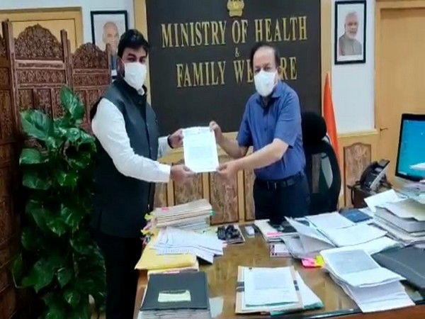 Shiv Sena MP Rahul Ramesh Shewale (left) with Union Health Minister Dr Harsh Vardhan (right). (Photo/ANI)