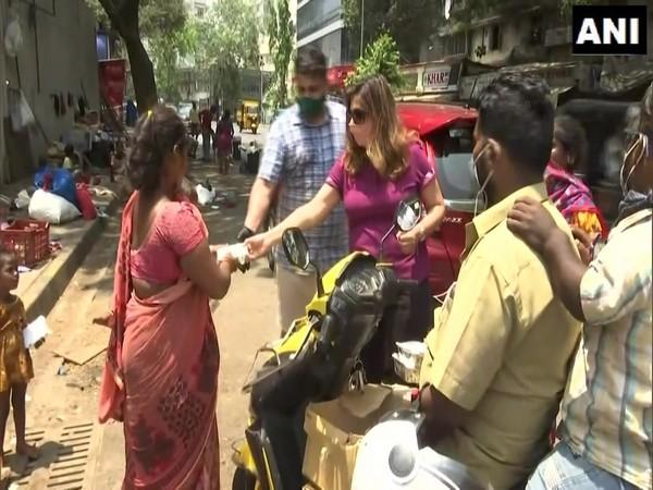 Co-founder Ruben Mascarenhas and Neeti Goyal handing out food packets in Mumbai. (Photo/ANI)