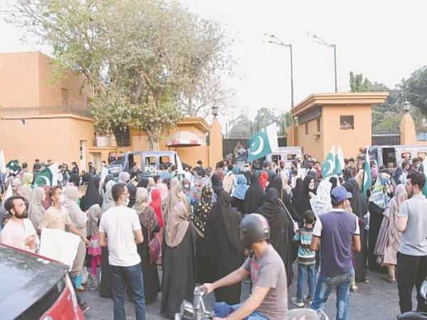 Family members of shias hold protest outside Sindh Governor House on Wednesday (Photo/Twitter)