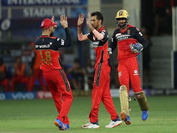 Chahal celebrates alongside Virat Kohli (Photo/ IPL Twitter)
