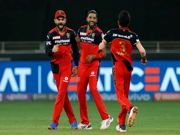 Virat Kohli with RCB players (Photo: Twitter/Virat Kohli)