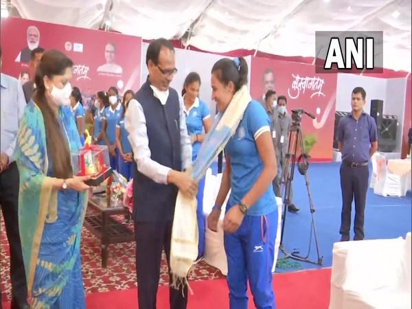 Madhya Pradesh CM Shivraj Singh Chouhan felicitates 2020 Tokyo Olympics women's hockey team (Photo/ANI)