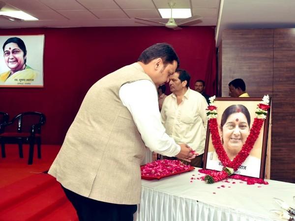 Maharashtra Chief Minister Devendra Fadnavis paying tributes to late Sushma Swaraj (File photo)