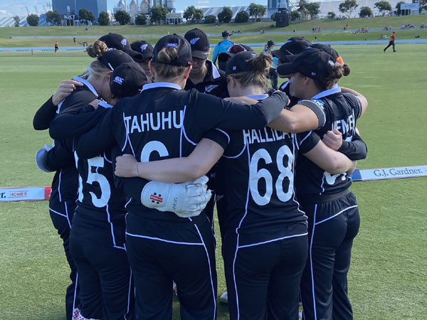 New Zealand team in a huddle (Photo/ White Ferns Twitter)