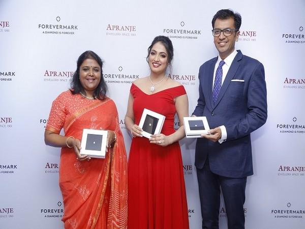 Ambika Narayan, Director, Apranje Jewellers, Filmstar Haripriya and Sachin Jain, President, Forevermark launch the exclusive preview of the diamond showcase at Apranje Jewellers, Bengaluru