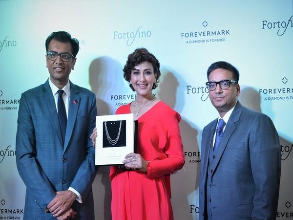 Sachin Jain, President Forevermark, Sonali Bendre & Sanjiv Talla, CMD, Fortofino launch the Forevermark flagship store in Chandigarh