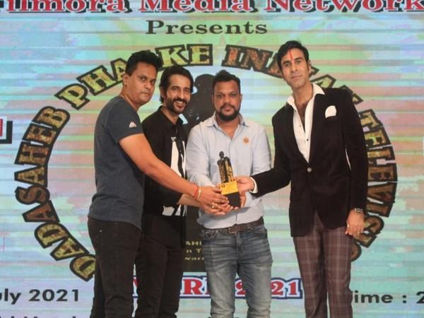 Actor Hiten Tejwani and Choreographer Sandip Soparrkar handing over the Award to Subodh R Singh