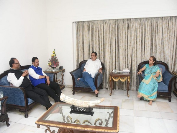 Chief Minister Devendra Fadnavis on Friday met Union Minister Nitin Gadkari at the latter's residence in Nagpur on Friday. (Photo/ANI)