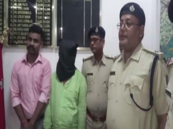 Police, along with the accused arrested in connection with the murder of auto-rickshaw driver. Photo/ANI