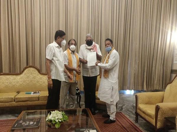 The BJP delegation of Mukul Roy, Jayprakash Majumdar and Sabyasachi Dutta meets West Bengal Governor Jagdeep Dhankhar in Kolkata on Sunday.(Picture credits: West Bengal Governor Twitter)