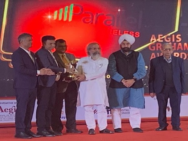 Kundan Das, Director of Business Development - APAC, Parallel Wireless receiving the Aegis Graham Bell award