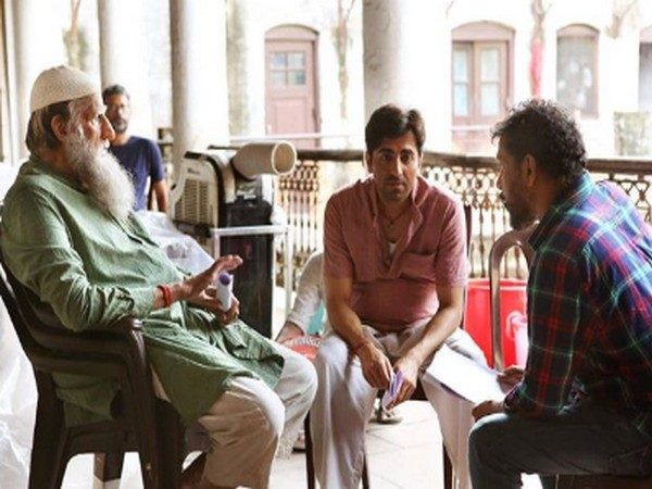 A behind the scene still featuring megastar Amitabh Bachchan, Ayushmann Khurrana and Shoojit Sircar from the sets of film 'Gulabo Sitabo' (Image Source: Twitter)