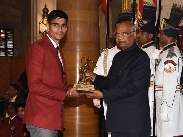 Gurpreet Singh Sandhu receiving Arjuna Award from the President of India Ram Nath Kovind (Photo/Indian Football Team Twitter)