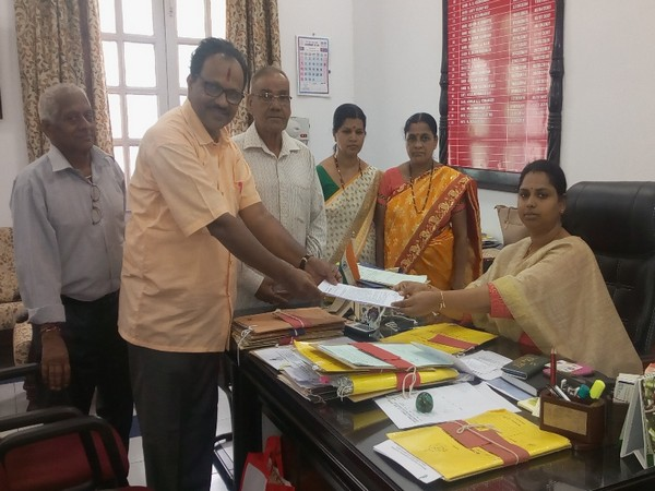 A delegation of Hindu Janajagruti Samiti submitting the memorandum to North Goa Collector, Miss. R. Menaka. Photo/ANI