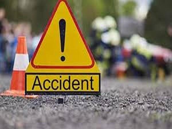 Thane – Car-Auto Collision, 3 injured.