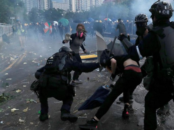 Hong Kong protesters in a tussle with riot police. (File photo)
