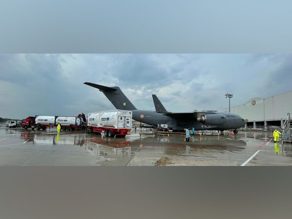 IAF C17 transport aircraft gearing up to airlift oxygen container(Photo/Credit: Twitter/ @PIBHomeAffairs)