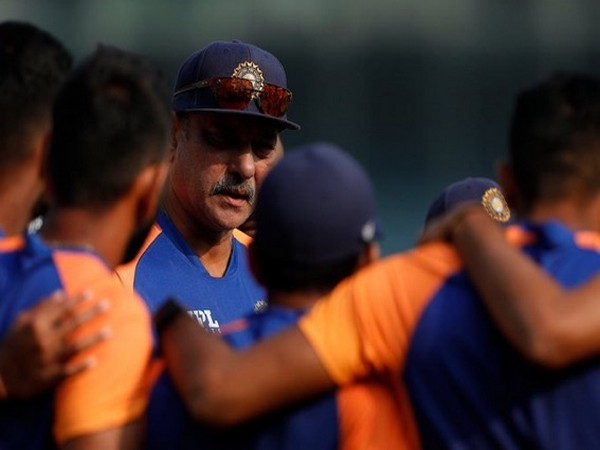 Ravi Shastri with the Indian players. (Photo/ Ravi Shastri twitter)