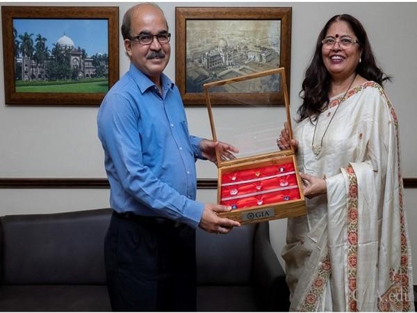 Nirupa Bhatt, Managing Director of GIA India and Middle East presenting replicas of famous diamonds to Sabyasachi Mukherjee, Director General of CSMVS.