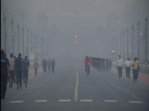 Smog engulfs India Gate on Thursday [Photo/ANI]