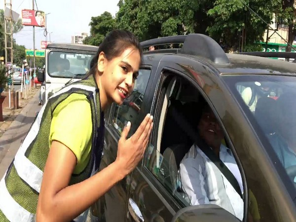 MBA student Shubhi Jain interacting with the public on the roads of Indore