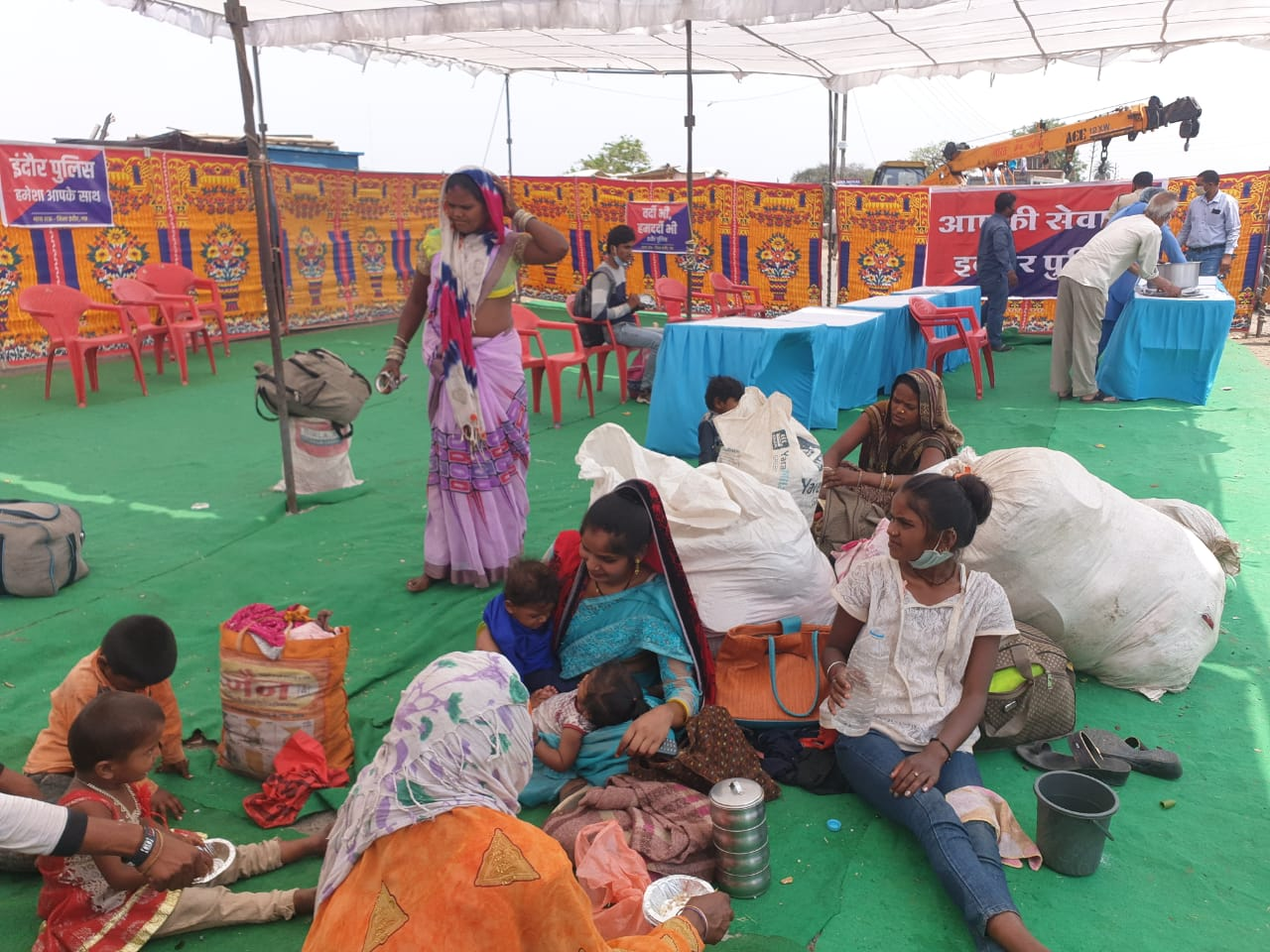 Migrant workers returning from Maharashtra being healped by an NGO in Indore. (Photo/ ANI)