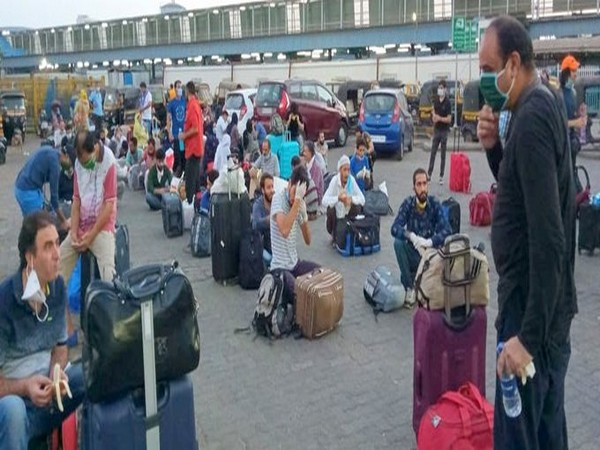 Around 600 stranded persons from J&K including 200 students, left for Udhampur Railway Station (J&K) from Bandra Terminus, Mumbai