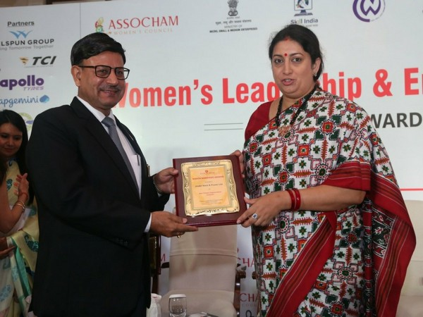 JSPL's Managing Director VR Sharma receiving the award from Union Minister for Women & Child Development Smriti Irani