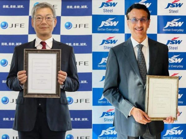 Hiroyuki Ogawa, Vice President of JFE Steel (left) and Jayant Acharya, Director for Commercial and Marketing at JSW.