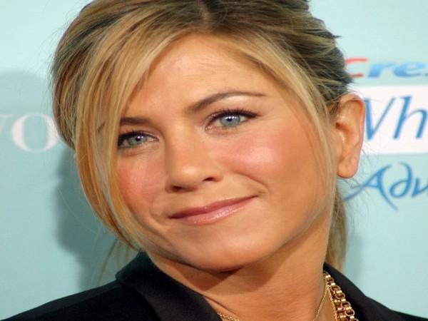 Jennifer photobombed fans' pictures in 'Friends Central Perk set