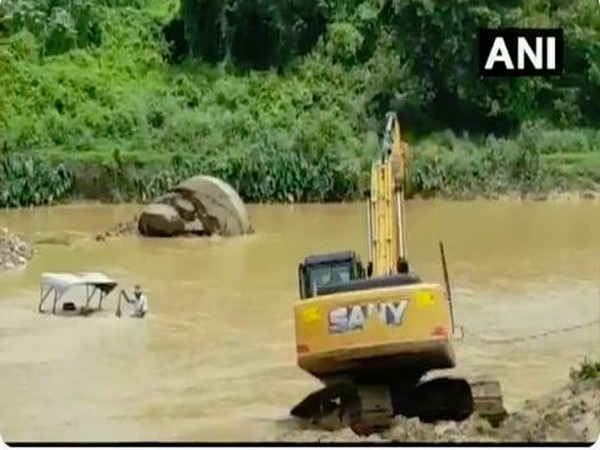 Tractor being rescued from a river in Jharkhand. Photo/ANI