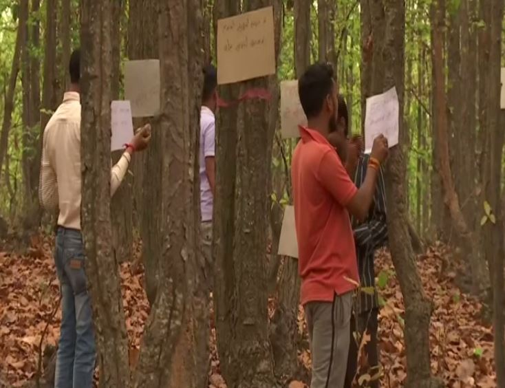 Volunteers putting up awareness messages in jungle in Hazaribagh. Photo/ANI
