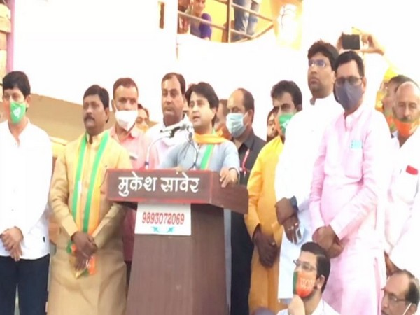 BJP leader jyotiraditya Scindia speaking at an election rally in Indore on Tuesday. [Photo/ANI]