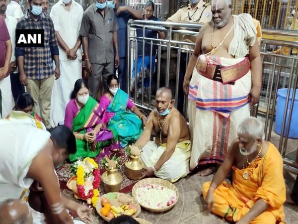 VK Sasikala performed a puja at Ramanathaswamy Temple on Monday.