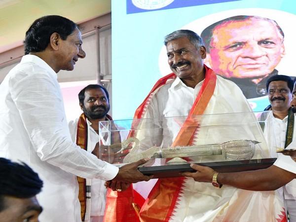 Telangana CM K Chandrashekhar Rao felicitating Governor ESL ESL Narasimhan at the inauguration of Kaleswaram project on Friday. Photo/ANI