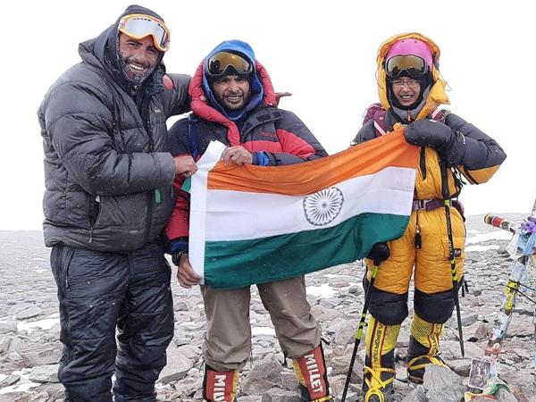 Kaamya Karthikeyan (R) summited Mount Aconcagua on February 1, 2020